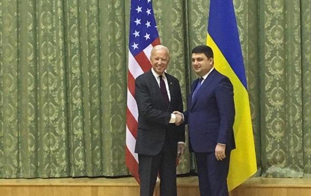 Гройсман поблагодарил Байдена «за веру в Украину»